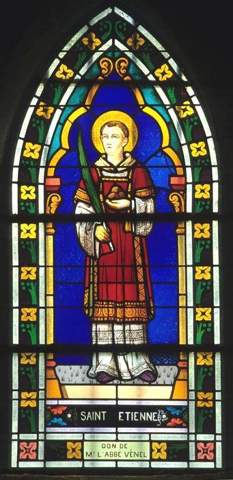 Verrière (fenêtre) du bas-côté sud : Saint Etienne tenant la palme des martyrs