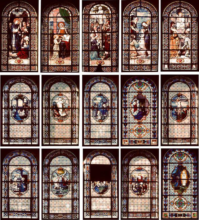 verrières : Fidèles vénérant une statue de sainte Anne (baie 0), Présentation au Temple (baie 1), Education de la Vierge (baie 2), Saint Joseph et l'Enfant Jésus (baie 3), Saint Yves (baie 4), Annonciation (baie 7), Ascension (baie 8), Nativité (baie 9), Résurrection (baie 10), Sainte Famille (baie 11), Crucifixion (baie 12), Baptême du Christ (baie 13) et Christ enseignant (baie 14);Deux verrières (baie 5 et baie 6)
