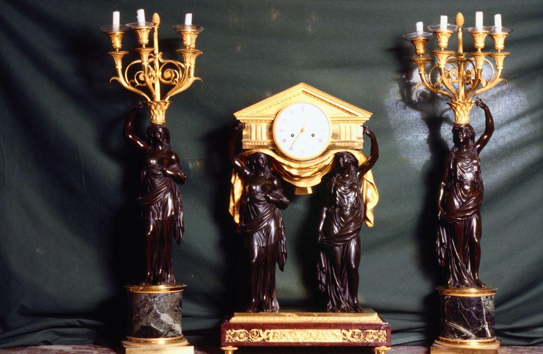 Pendule et luminaires du grand salon