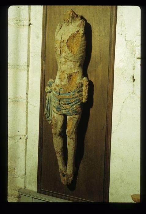 Statue (fragments) : Christ en croix