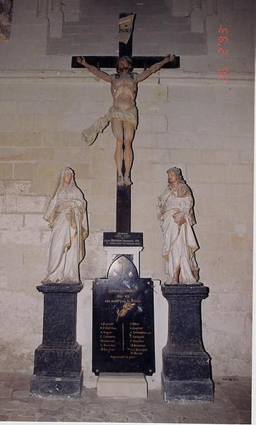 3 statues : Christ en croix, entre la Vierge et saint Jean