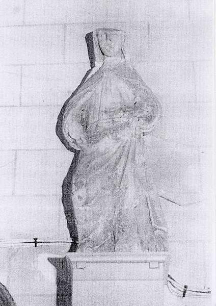 Statue : Sainte (une)