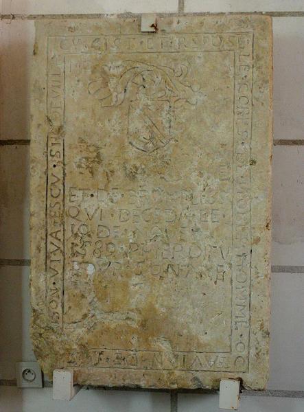 Dalle funéraire aux armes de Octavian de Juston
