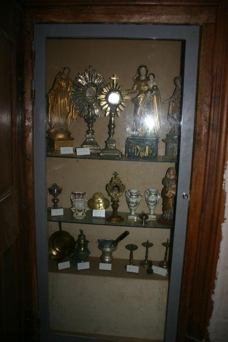 statue (statuette) : Immaculée Conception, reliquaire-monstrance de saint Roch, ciboire des malades (custode), vases, ostensoirs, ciboire...