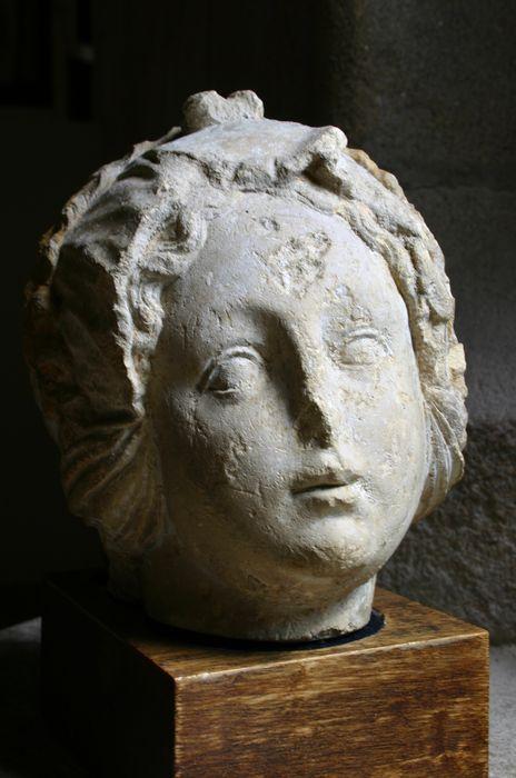 Statue : tête féminine
