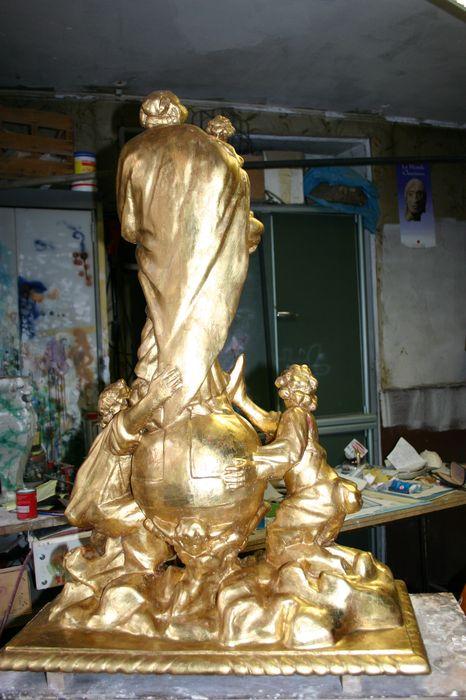 Groupe sculpté : Vierge à l'Enfant sur globe, croissant de lune et nuées avec anges, dite Notre-Dame des airs