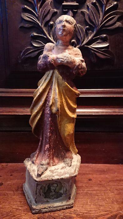 Statue (statuette) : Sainte, mains croisées