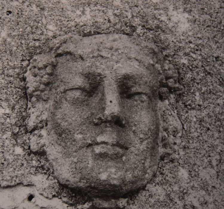 Bas-relief: Tête sculptée