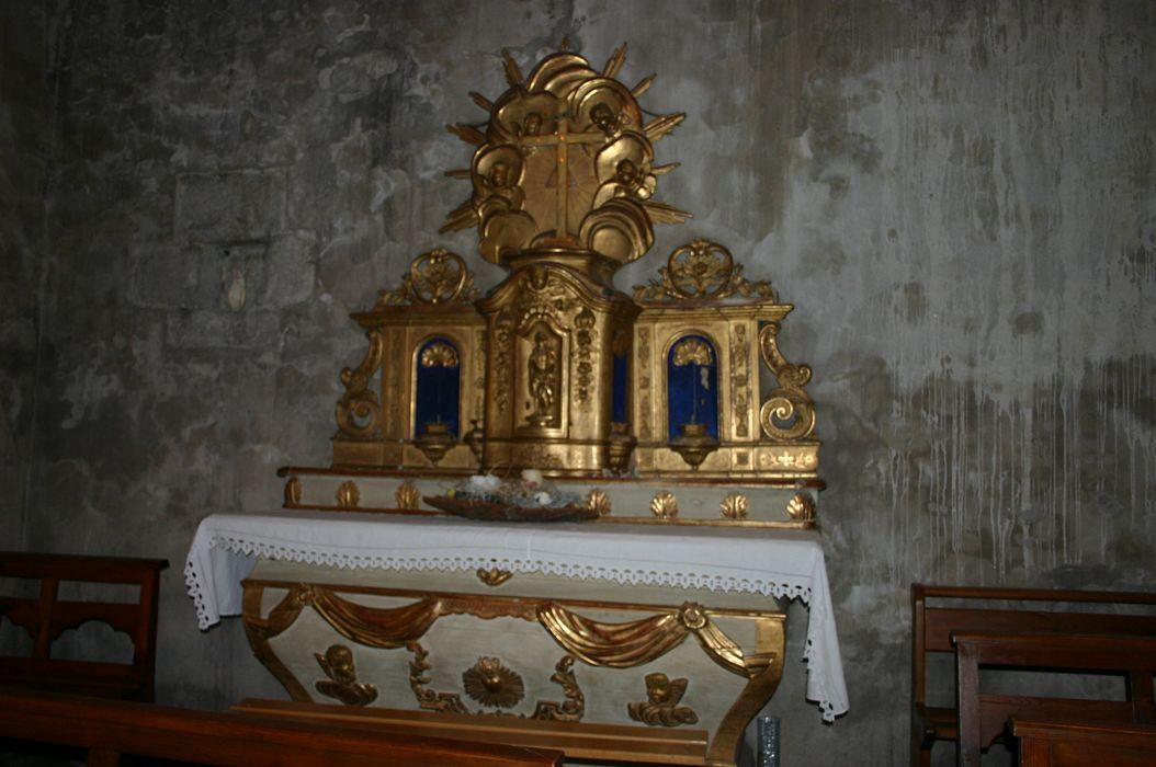 Autel d'une chapelle latérale nord avec quatre statues
