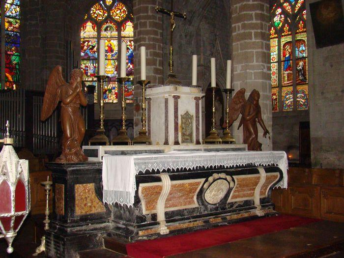 Autel (maître-autel) et deux statues : Anges adorateurs