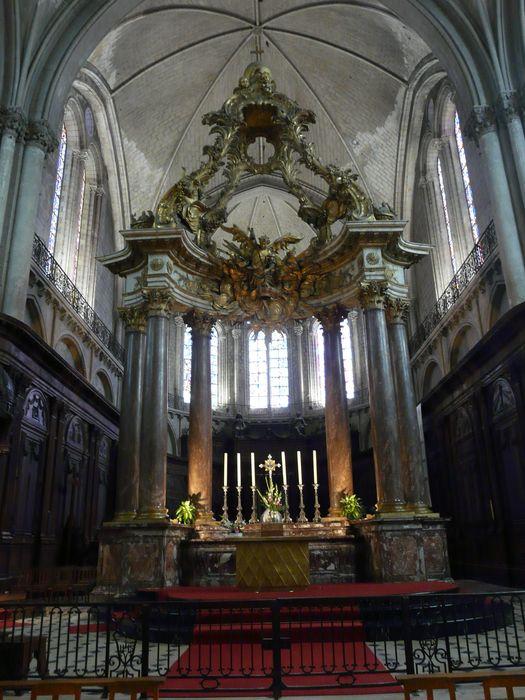 Autel, ciborium (maître-autel)