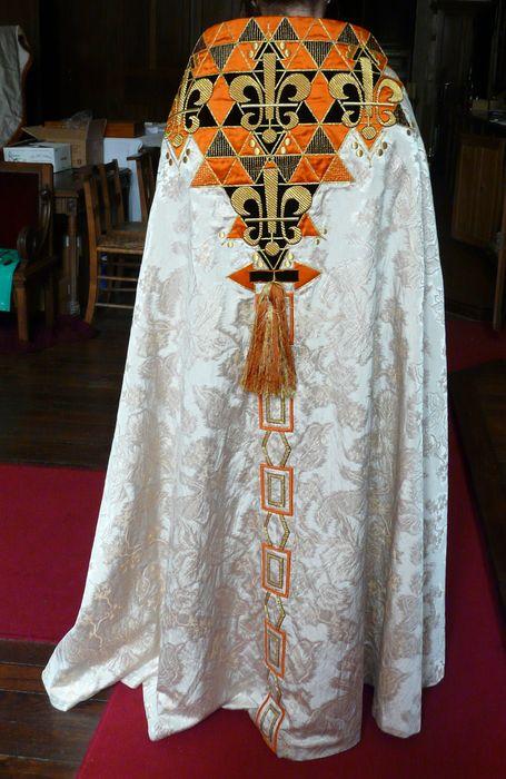 Chasuble, deux chapes, quatre dalmatiques, deux étoles de clerc, bourse de corporal, voile huméral et voile de calice (ornement blanc)