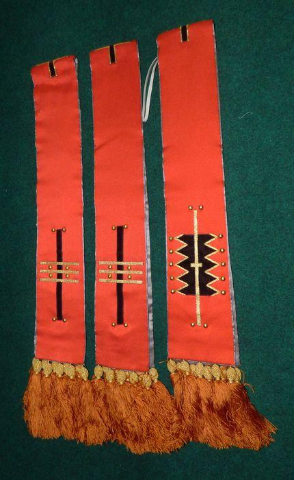 Chasuble, chape, quatre dalmatiques, deux étoles de clerc, bourse de corporal, voile huméral et voile de calice (ornement rouge)