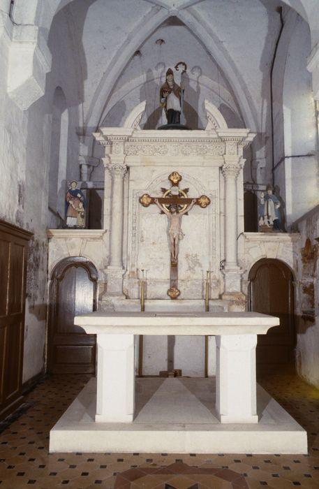 Retable du choeur, deux autels latéraux et leurs retables