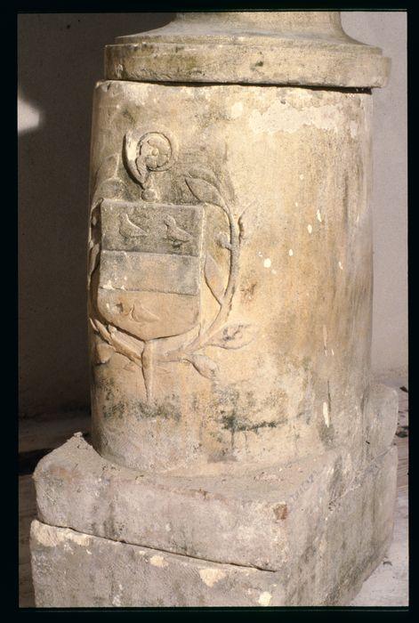 ancienne borne aux armoiries de Didier de Reims