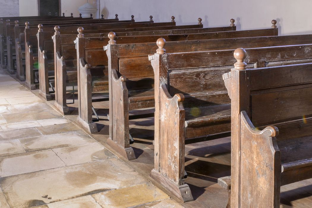 bancs de fidèles, vue partielle