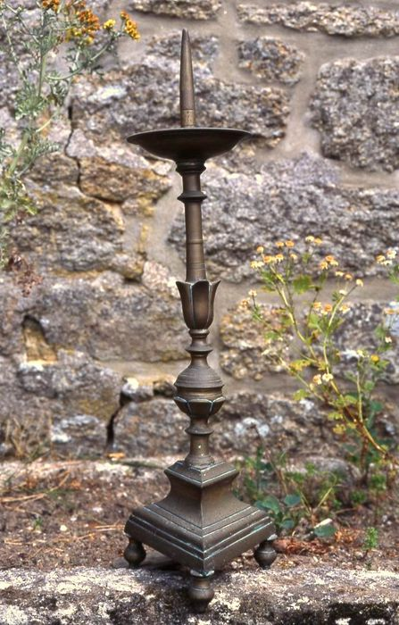 Croix d'autel et quatre chandeliers (garniture d'autel)
