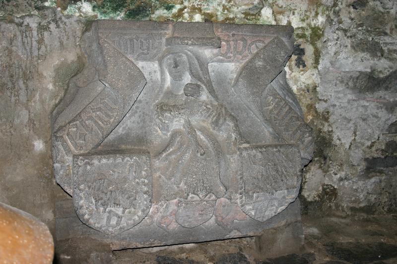 Bas-relief : Vierge de Pitié