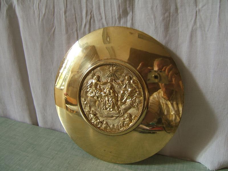 Chapelle de messe et sa boîte : calice, patène, clochette d'autel, bassin et ses 2 burettes