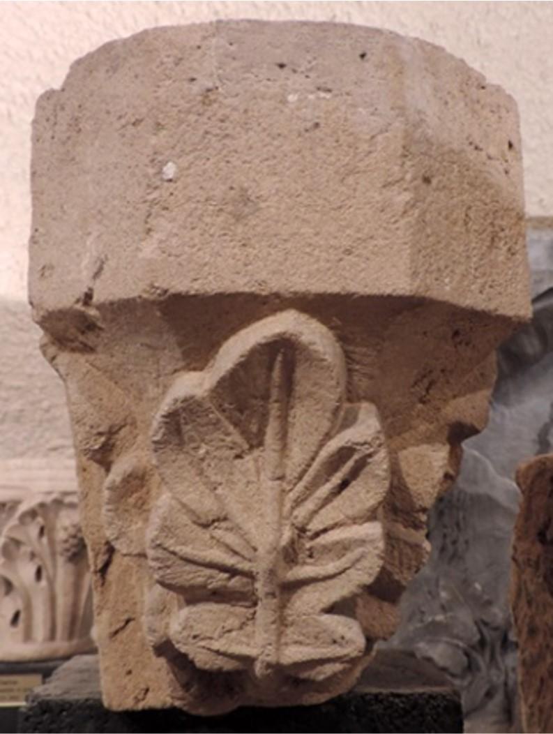 chapiteau à trois branches de feuillages