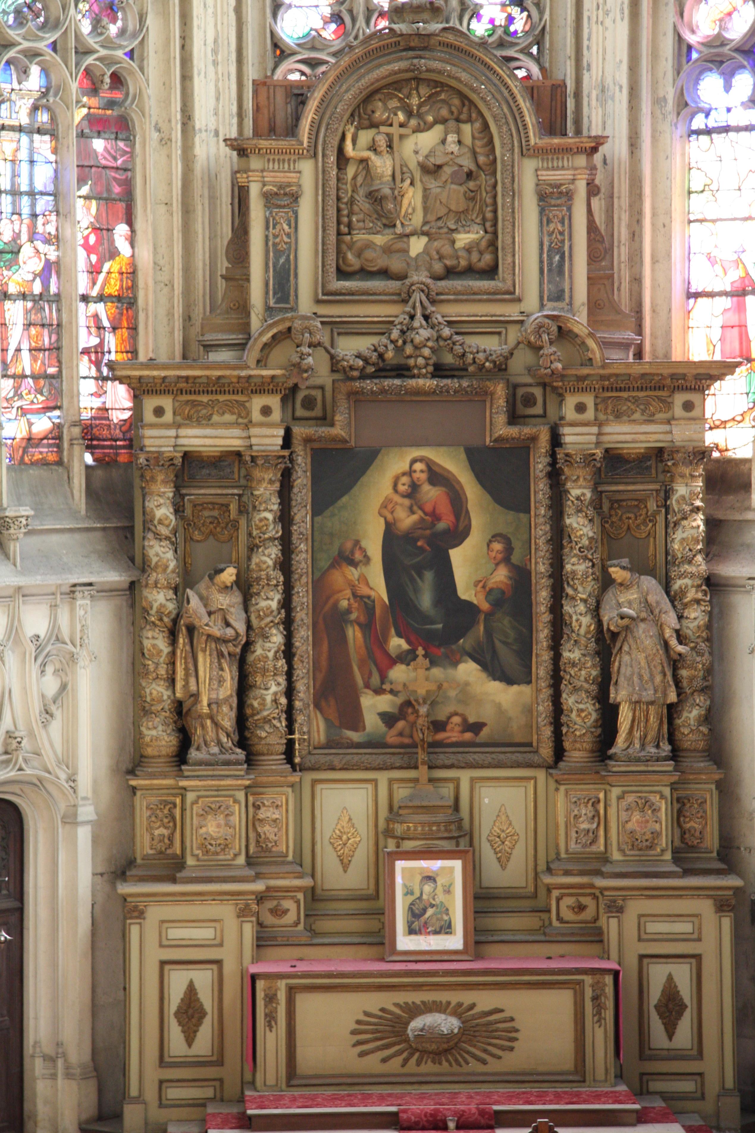 Autel (maître-autel), son gradin, son tabernacle, son retable, le bas-relief : Trinité, et les deux statues : Saint Nicaise et Saint Quirin