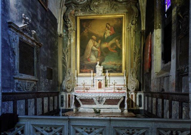 Groupe sculpté : évêque bénissant un homme agenouillé (?)
