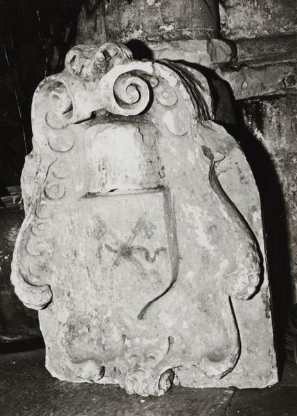 Fragment sculpté : cartouche ornée de deux clefs funéraires