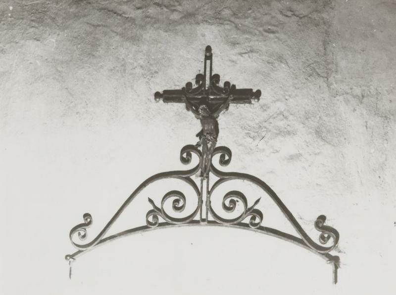 Statue : Christ en croix (fronton d'une grille)