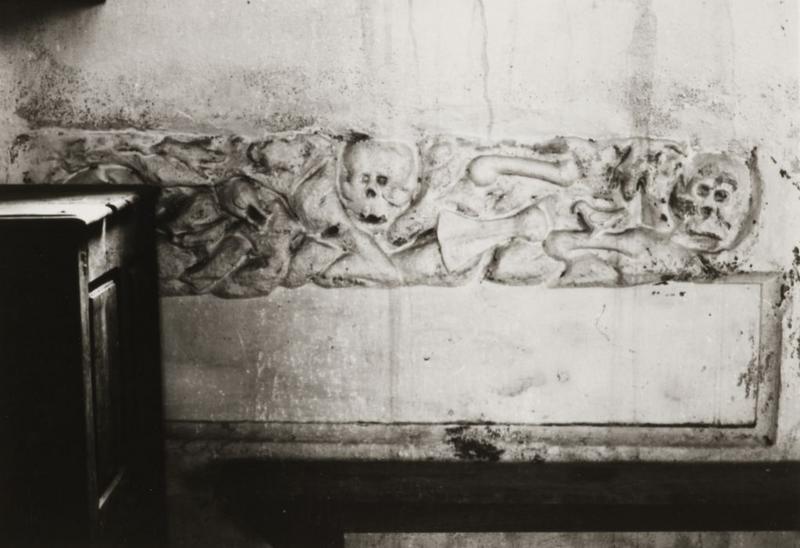 bas-relief : Têtes de mort