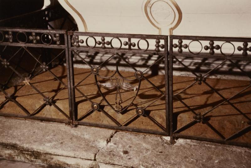 Grilles des deux autels latéraux