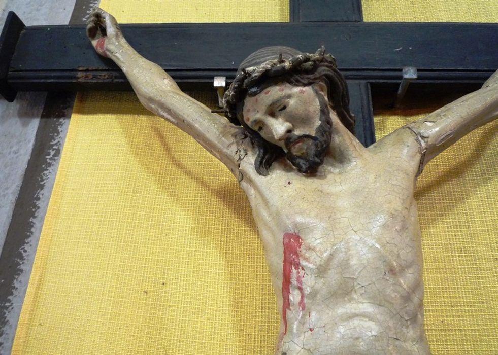 statue : Christ en croix, vue partielle