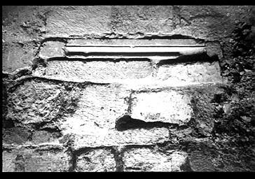 Fouilles du bas-côté sud, éléments de réemploi dans les soubassements de la cathédrale
