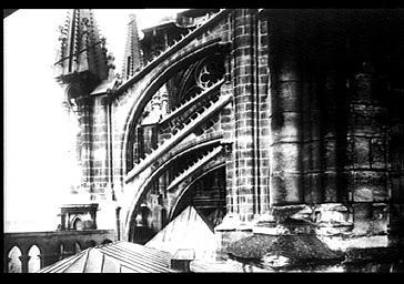 Arcs boutants vers le bras sud du transept et toits des chapelles rayonnantes