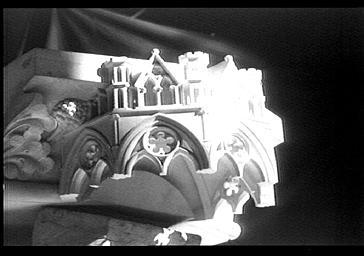 Dais surmontant un ange au dessus des petits arcs boutants de l'abside, déposé