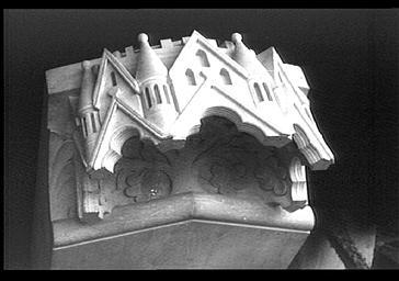 Dais surmontant un des anges au dessus des petits contreforts des chapelles rayonnantes