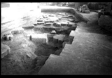 ELEMENTS D'ARCHITECTURE DE LA CATHEDRALE ROMANE SERVANT DE FONDATIONS,  VUE INTERIEURE VERS LE SUD OUEST