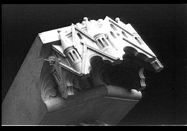 Dais surmontant un des anges au dessus des petits contreforts des chapelles rayonnantes, déposé