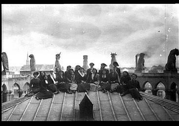 Femmes sur les toits de la chapelle rayonnante d'axe