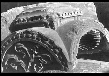 Fragment sculpté, composé d'un trépan et d'une coquille chevronnée, provenant de l'autel de la Transfiguration