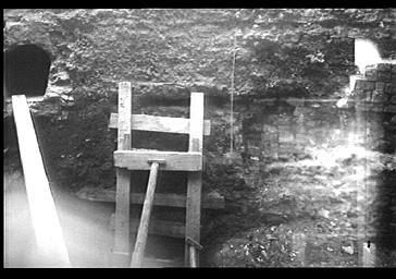 Fouilles à l'extérieur, côté nord de la tranchée : conduit, canal d'écoulement, égoût (supposé)