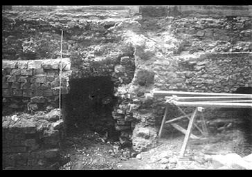 Fouilles à l'extérieur, côté nord de la tranchée, maçonnerie