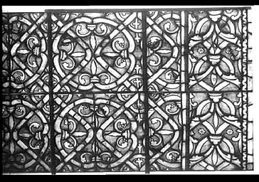 Vitrail, bas-côté sud de la nef, près du bras sud du transept, baie 220, détails de grisaille