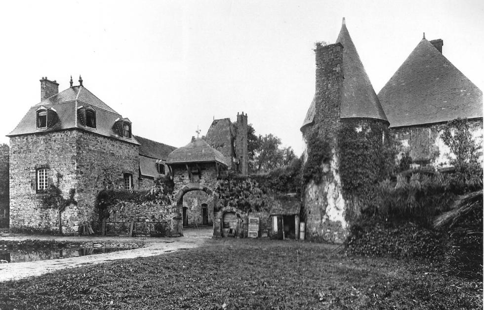 (16/24) Le manoir très peu de temps avant l'effondrement de la tour Louis XIII