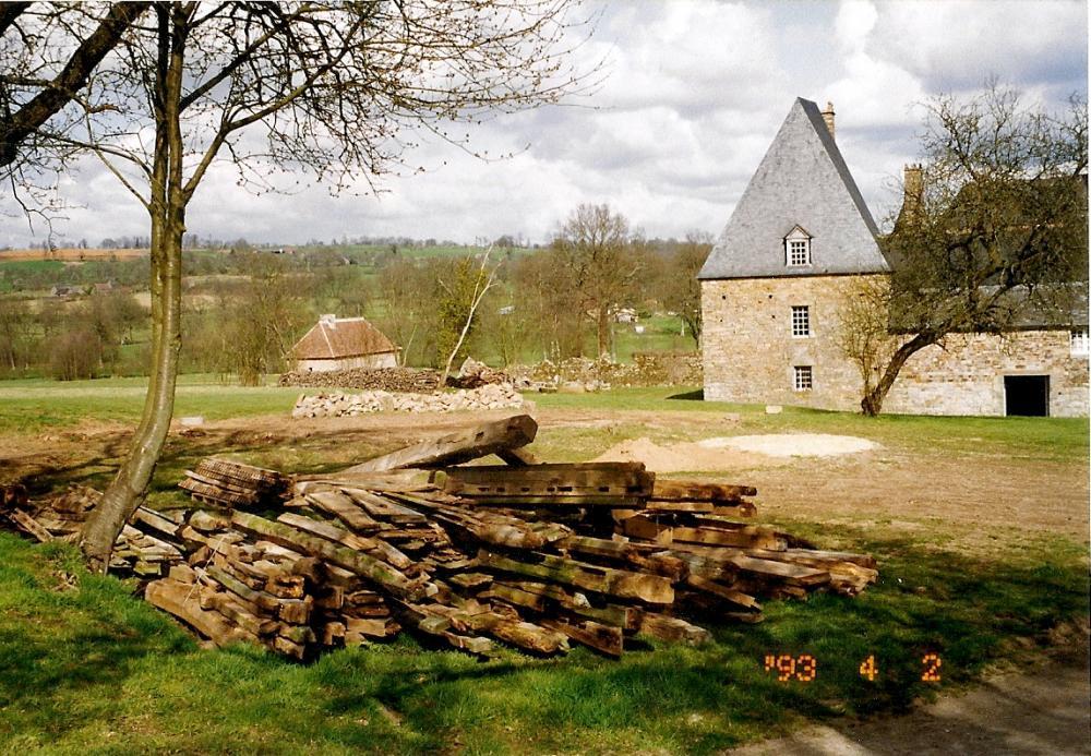 2 avril 1993, la grange en trois (deux) tronçons entièrement démontée.