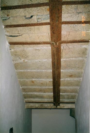 28 juin 1997, quelques horreurs, dans la cage d'escalier du logis, consécutives à l'incendie du 19ème siècle.