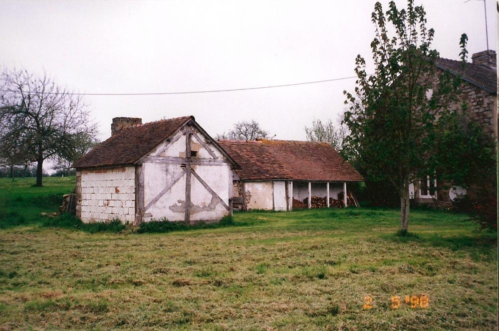 2 mai 1998, les poulaillers de la ferme derrière le fournil, vus du Sud-Est.