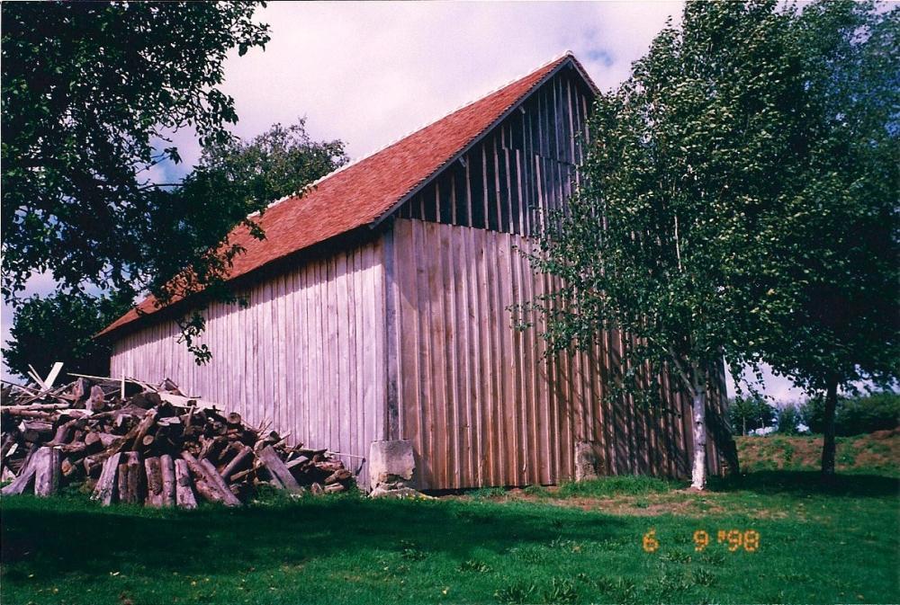 9 juin 1998, la grange de la ferme après restauration, vue de l'Est-Sud-Est.