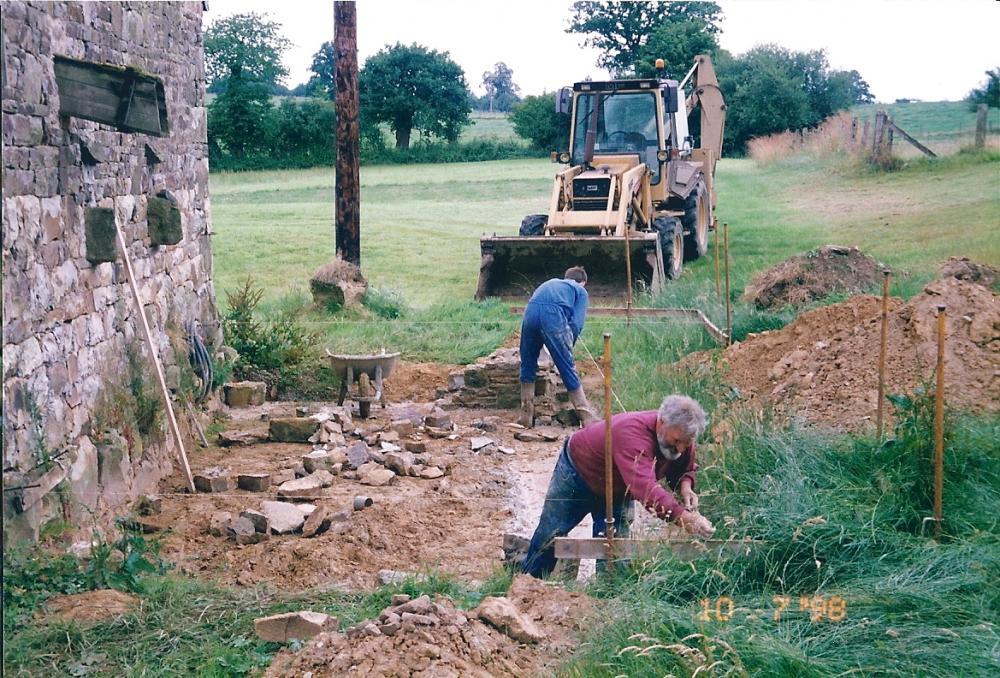 9 juillet 1998, le soubassement de l'appentis de la cave en cours de remontage.
