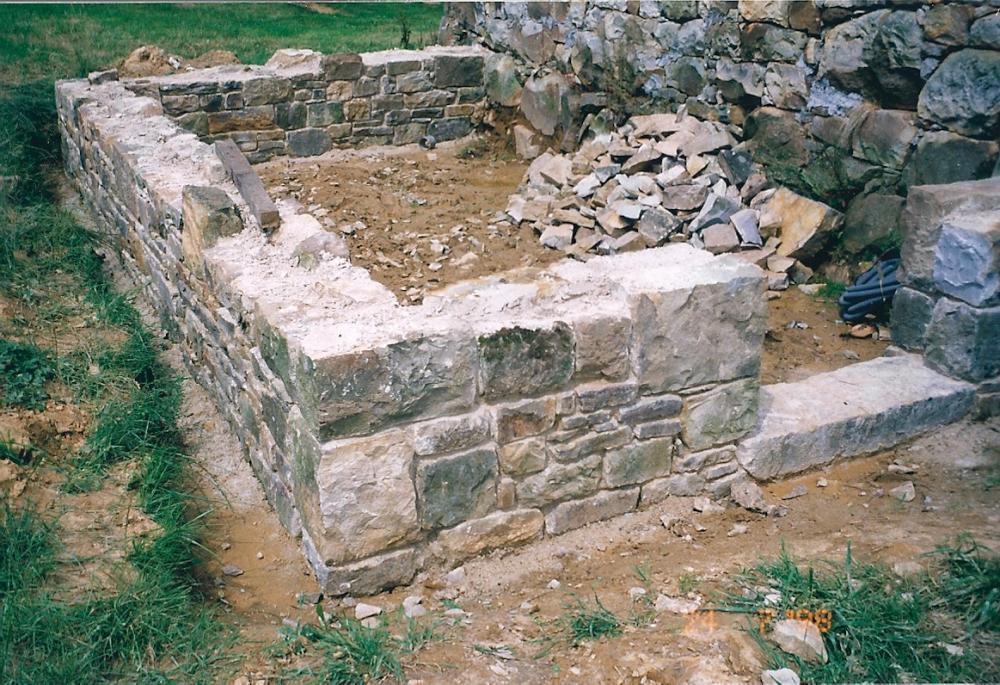 24 juillet 1998, les soubassements de l'appentis de la cave en attente de l'intervention du charpentier.