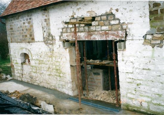 23 janvier 1999, le maçon vient de remédier aux défauts les plus flagrants d'une autre partie de la façade Ouest de la ferme.